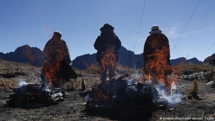 Ceremonia en honor de la Pacha Mama en La Cumbre, Bolivia.