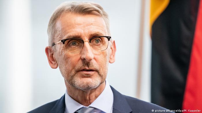 Deutschland Vorsitzender des Parlamentarischen Kontrollgremiums Armin Schuster (picture-alliance/dpa/M. Kappeler)