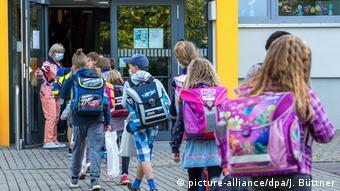 Ученики у входа в школу в Шверине
