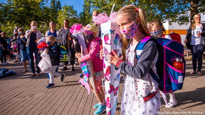Elevii din landul german Mecklenburg-Pomerania Anterioară în prima zi de școală (3. august)