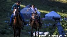 (200709) -- URUMQI, July 9, 2020 (Xinhua) -- Children ride horses at the summer meadow in Tekes County, northwest China's Xinjiang Uygur Autonomous Region, June 30, 2020. (Xinhua/Wang Fei) | Keine Weitergabe an Wiederverkäufer.