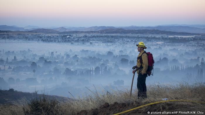 Bombeiro vê de cima a fumaça cobrindo a cidade de Banning, na Califórnia
