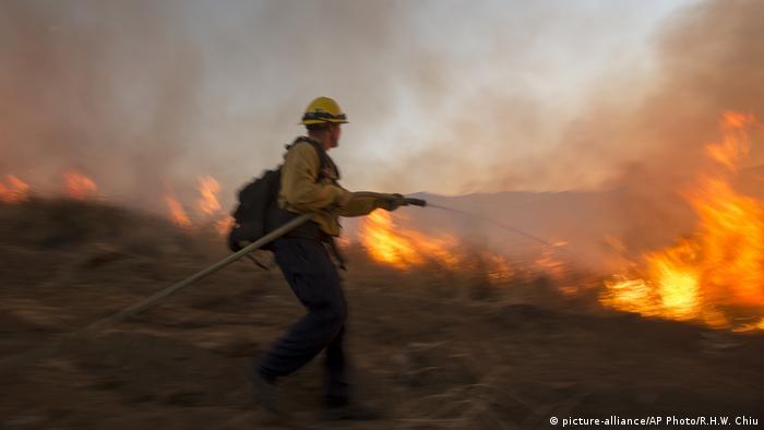 Bombeiro combate chamas na Califórnia