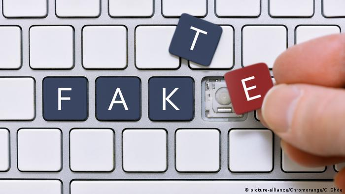 Symbolfoto für Fake News | Computertasten mit der Aufschrift Fake, (picture-alliance/Chromorange/C. Ohde)