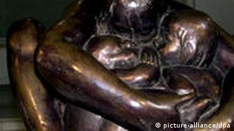 مجسمه مادری با کودکانش از سری مجسمههای جنگ