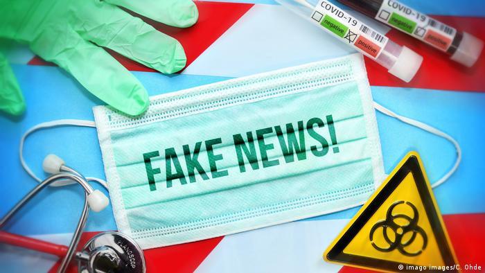 Atemschutzmaske mit Aufschrift Fake News