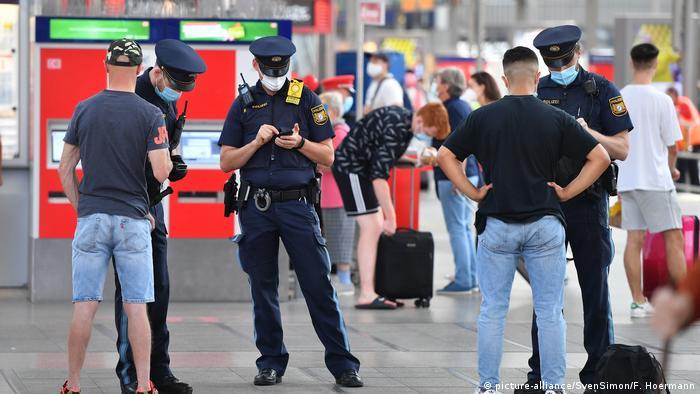 Поліцейські перевіряють документи у пасажирів на головному вокзалі Мюнхена
