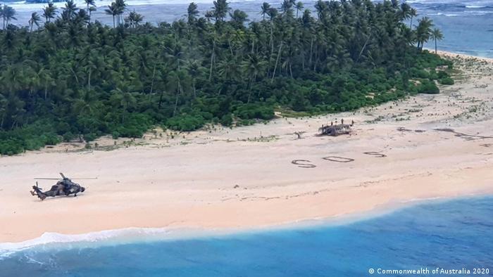 Pikelot | Australischer Army ARH-90 Helikopter landet auf Pikelot Insel - SOS Schriftzug am Strand (Commonwealth of Australia 2020)