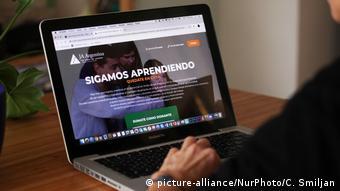 Una niña accede a la plataforma educativa de su escuela en Buenos Aires