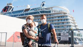 Hamburg | Passagiere Kreuzfahrtschiff «Mein Schiff 2»