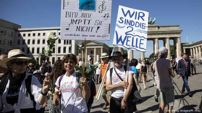 مظاهرة بداية الشهر الجاري في برلين ضد قيود كورونا رفعت فيها لافتة مكتوب عليها: نحن الموجة الثانية (لكورونا)! (أرشيف)