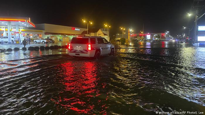 Car drives through flooded street (picture-alliance/AP Photo/J. Lee)