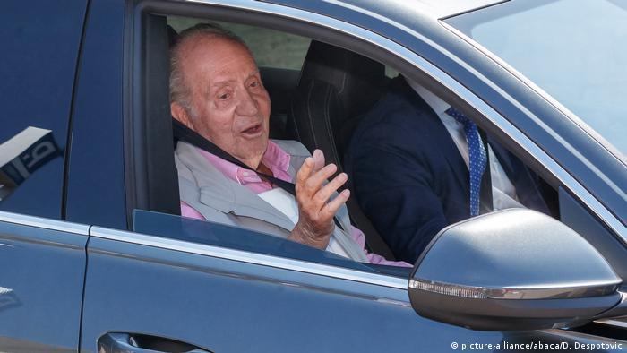 Ex-rei da Espanha Juan Carlos acena de dentro de um carro