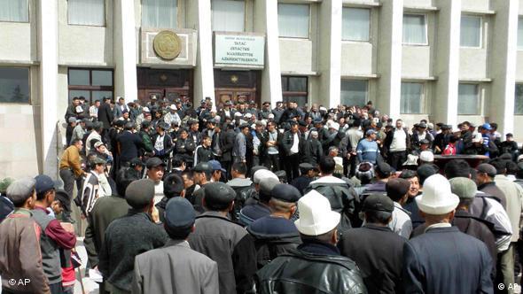 معترضين در قرقيزستان خواستار محدويت اختيارات رئيس جمهور هستند