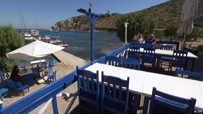 Leere Terrasse eines Restaurants an der türkischen Küste (DW)