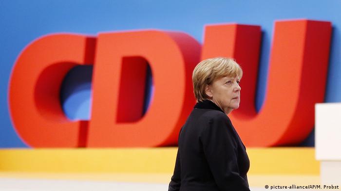 Kanzlerin Merkel vor CDU-Logo
