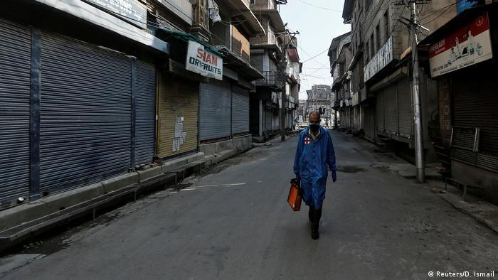 Mit Erlaubnis: Ein Arzt läuft durch die verlassenen Straßen von Srinagar (Reuters/D. Ismail)