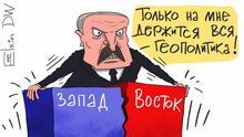 DW-Karikatur Sergey Elkin | Lukaschenkos Rede zu Nation --- Karikatur - weißrussischer Präsident Aleksander Lukaschenko versucht zwei Teile des Rednerpults Westen und Osten zusammenzuhalten und sagt: Nur ich halte die ganze Geopolitik zusammen!