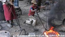 ARCHIV - 09.02.2020, Bangladesch, Dhaka: Der dreizehnjährige Azad (r) arbeitet in einer Metallwerkstatt, die für eine Werft am Fluss Buriganga Schiffsschrauben herstellt. (zu dpa «Kinderschutz-Abkommen von 187 Ländern ratifiziert») Foto: Md Mehedi Hasan/ZUMA Wire/dpa +++ dpa-Bildfunk +++ |