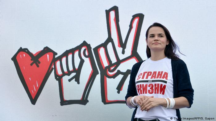 Sviatlana Tsikhanouskaya stands in front of a mural (Getty Images/AFP/S. Gapon)