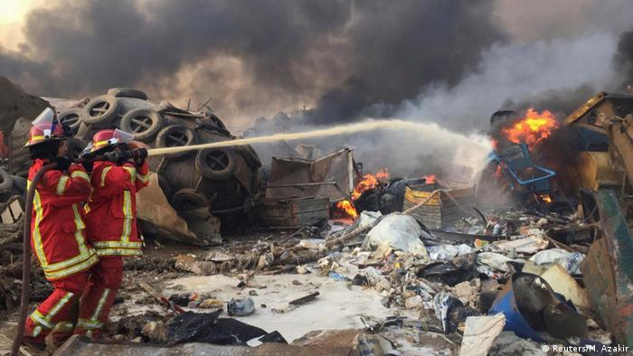 Libanon | Gewaltige Explosion in Beirut: Feuerwehr löscht Brand (Reuters/M. Azakir)