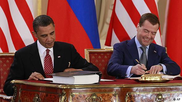 Барак Обама и Дмитрий Медведев подписывают договор СНВ-III