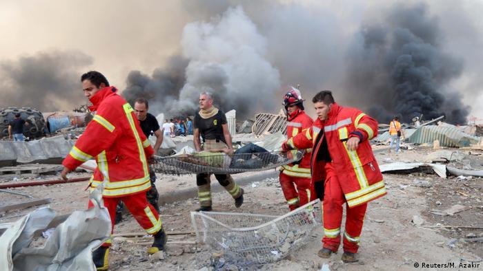 Libanon | Gewaltige Explosion in Beirut: Mann wird evakuiert (Reuters/M. Azakir)