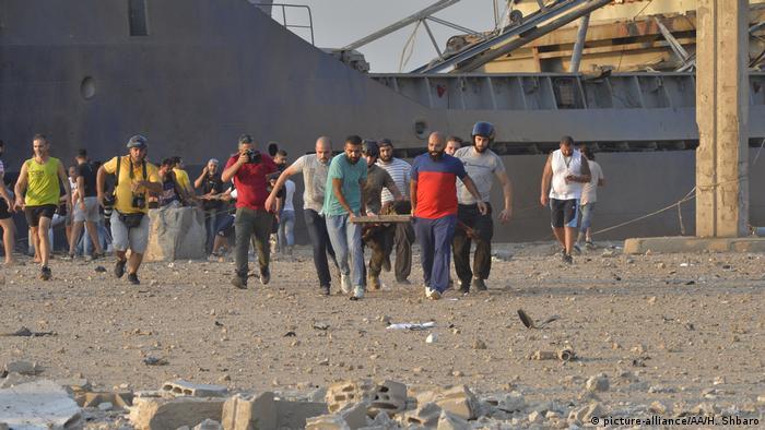 Libanon | Gewaltige Explosion in Beirut: Verletzte werden getragen