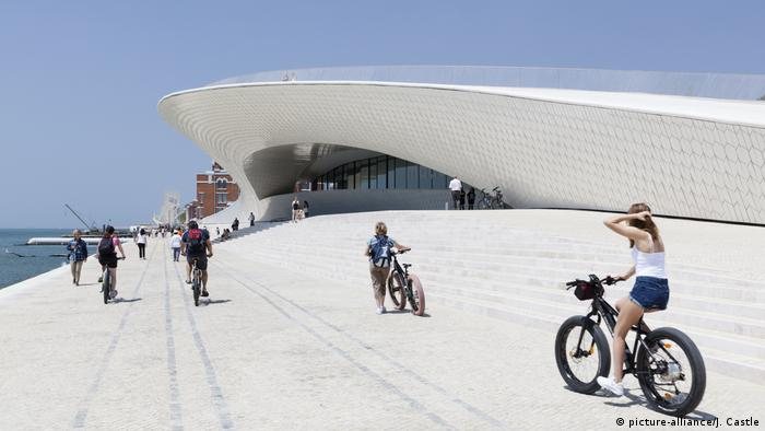 Cyclists on the waterside promenade outside the Museum of Art, Architecture and Technology in Lisbon (picture-alliance/J. Castle)