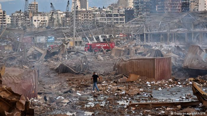 Aftermath of Beirut blasts, man walks through rubble | Gewaltige Explosion in Beirut (Getty Images/AFP/STR)