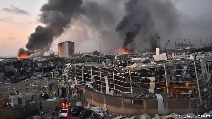 گرچه انفجار و آتشسوزی در منطقه بندری بیروت رخ داده، اما موج انفجار و لرزههای ناشی از آن به ساختمان زیادی آسیب زده است. به گفته مرکز زمینشناسی آلمان، این انفجار با زلزلهای با شدت سه و نیم ریشتر قابل مقایسه است.