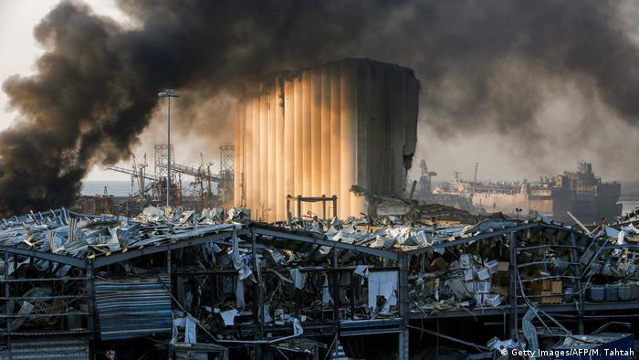 بسیاری از ساختمانهای نزدیک بندر فرو ریختهاند. دو انفجار با اندک فاصله زمانی خسارات مالی و جانی زیادی به شهر وارد کردهاند. صحنههای آتشسوزی و دود و ساختمانهای آسیبدیده، دوران جنگ داخلی در بیروت را تداعی میکنند.