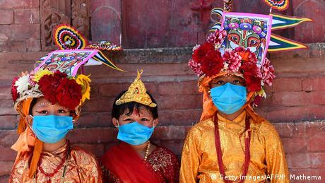 Djeca sa maskama na licima u tradicionalnim kostimima krave učestvuju u povorci za praznik Gai Jatra u Katmanduu. Ta tradicija iz 17. vijeka obilježava se jednom godišnje u čast onih koji su umrli u prošloj godini. Šarene povorke predvode obično krave – ili mladići kostimirani u te životinje.