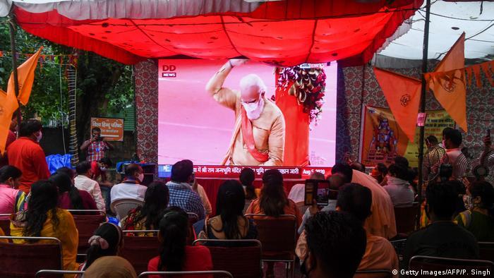 TV-Übertagung der Zeremonie: Auf dem Bildschirm ist Indiens Regierungschef Narendra Modi zu sehen