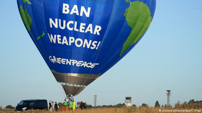 Deutschland Büchel | Greenpeace protestiert gegen Atomwaffen mit Heißluftballon (picture-alliance/dpa/T. Frey)