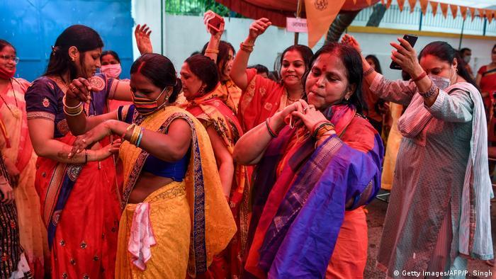 Tanzende Aktivistinnen der radikalen Hindugruppe Vishwa Hindu Parishad (VHP) in der Pilgerstadt (Foto: Getty Images/AFP/P. Singh)