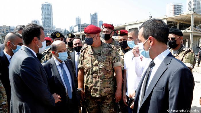Presidente do Líbano, Michel Aoun (2º da esq. à dir.) visita o local das explosões em Beirute