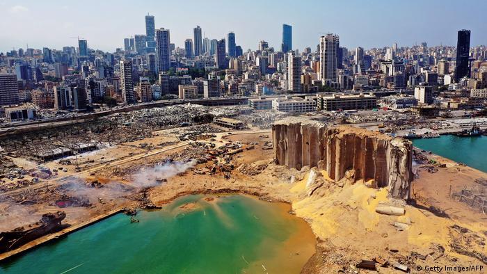 Imagem aérea da zona portuária de Beirute completamente destruída