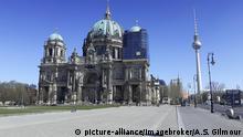 Coronavirus | Lockdown Berliner Dom mit dem Fernsehturm im Hintergrund