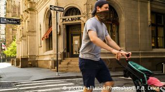 New York Manhattan   Passant mit Maske (picture-alliance/Photoshot/E.R.B. Levine)