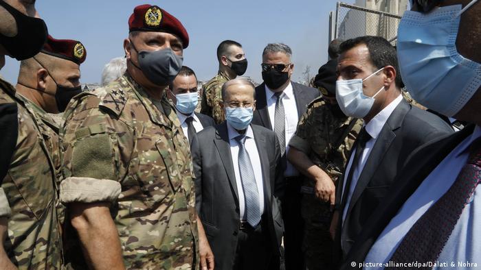 Staatspräsident Michel Aoun (Mitte) steht zwischen Militärvertretern und zivilen Begleitern (picture-alliance/dpa/Dalati & Nohra)