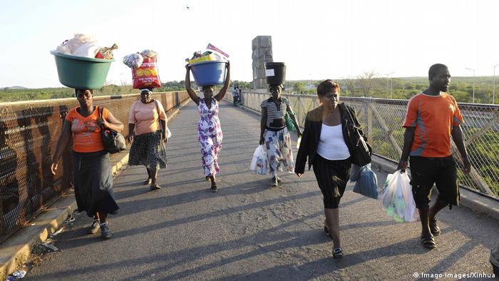 Kleiner Grenzverkehr in Beitbrige an der Grenze zwischen Südafrika und Simbabwe (Archivbild)
