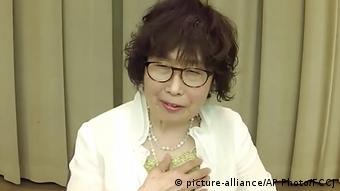 Кейко Огура молится о ликвидации ядерного оружия во всем мире