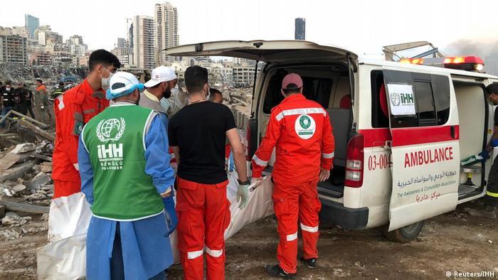 انتقال زخمیهای بیروت به آمبولانس