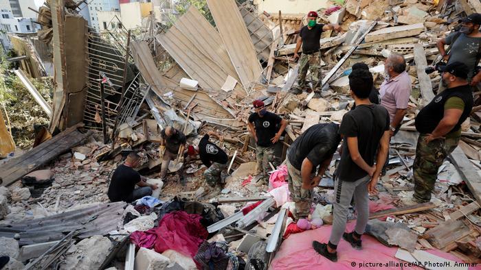 Soldaten stehen in Schutt und Trümmern und suchen nach Verschütteten (picture-alliance/AP Photo/H. Ammar)