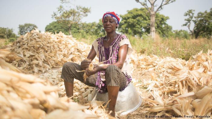 Mujer en campamento para refugiadas debido a la caza de brujas, en el norte de Ghana