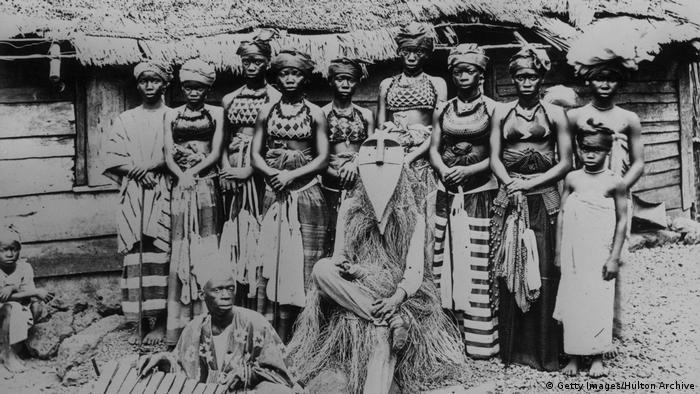 Sierra Leone | Bondoo Frauen und ein Hexendoktor