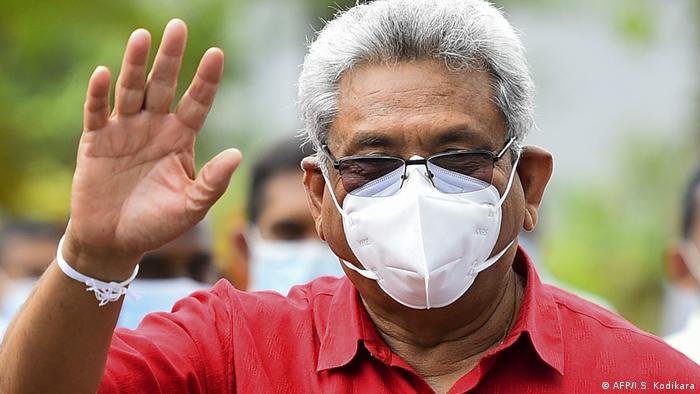 Gotabaya Rajapaksa mit Mund-Nase-Schutz winkt in die Kamera (AFP/I.S. Kodikara)