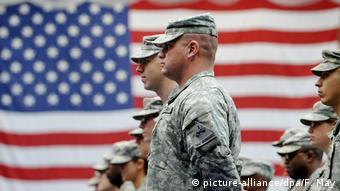Американские солдаты в Германии на фоне флага США