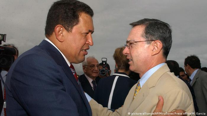 Álvaro Uribe y Hugo Chávez en Caracas el 15 de febrero de 2005